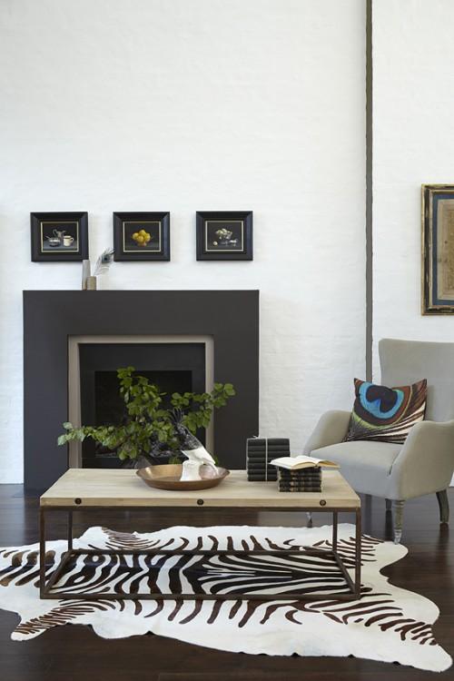 Déco salon,  sur les murs peinture grise ref Shallows, cheminée peinte Couleur Chocolat (124) de Little Greene avec un parquet chêne foncé et tapis peau et touches de chocolat  qui renforcent l'impression cocooning du salon