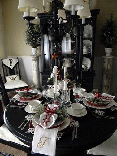 une d co de table no l toute noire blanche et rouge. Black Bedroom Furniture Sets. Home Design Ideas