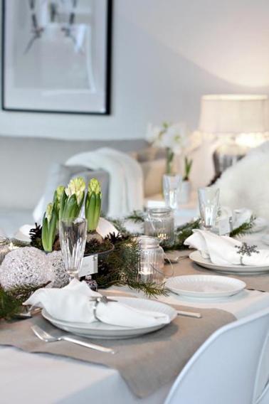 D co table de no l avec vaisselle blanche et argent - Decoration de table de noel argent ...