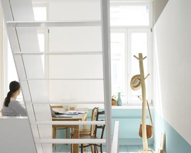 Un espace bureau lumineux grâce à l'association d'un bleu turquoise et d'un blanc Dulux Valentine. L'escalier en bois est lui peint en gris pastel.