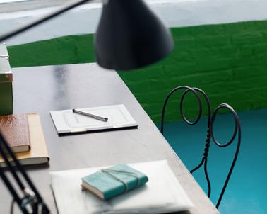 Dynamiser la déco de l'espace bureau avec des couleurs vives : peinture sol couleur Bleu Acapulco, peinture mur, Vert Ballade Irlandaise de Dulux Valentine