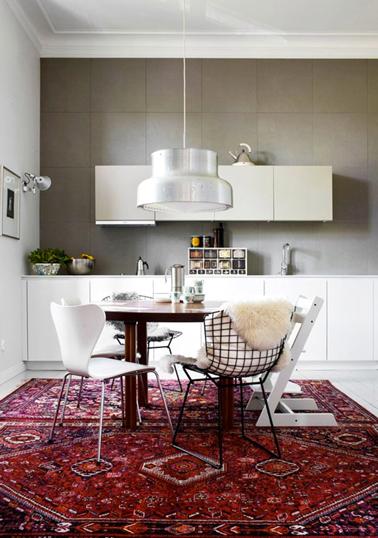 Pour créer une ambiance chaleureuse dans la cuisine, pensez au cuivre, au plan de travail en bois, à recouvrir les chaises de gros coussins ou de fausse fourrure et au tapis sur le sol