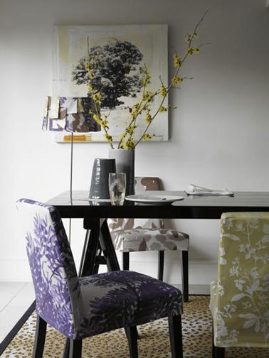 Un gris pastel pour les murs de la salle à manger pour mettre en valeur le violet et gris des chaises tapissées