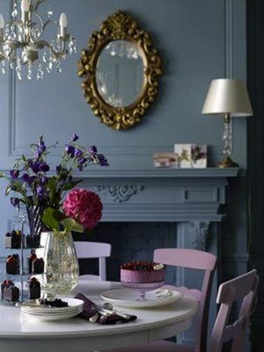 Harmonie de gris bleuté et de violets pour une salle à manger intime.