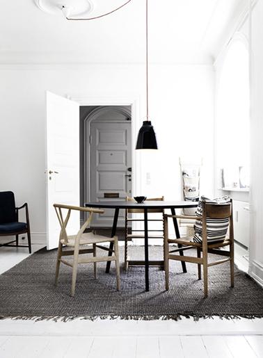salle a manger mur blanc boiserie et tapis gris. Black Bedroom Furniture Sets. Home Design Ideas