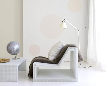 Salon design dans des nuances de blanc et lin