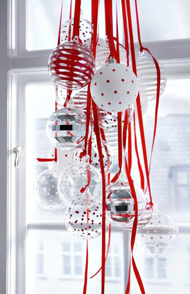 Boules de no l rouge et blanc suspendre une fen tre for Decoration fenetre noel blanc