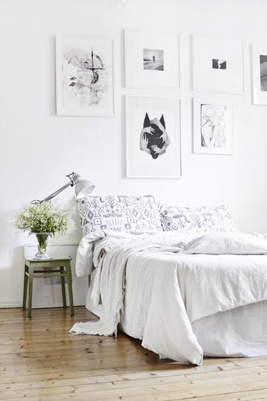 Déco chambre zen autour d'une harmonie de blanc et gris. Très tendance un tabouret peint en vert olive sert de chevet