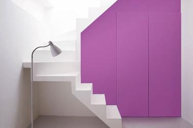 peinture violet la couleur Pantone 2014 pour peindre entrée associé au blanc des murs de l'escalier et au sol en béton gris clair