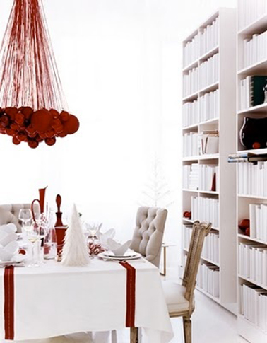 d co table no l rouge et blanc suspension boules rouges. Black Bedroom Furniture Sets. Home Design Ideas