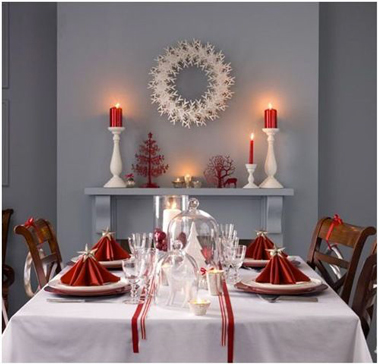 D co table no l rouge et blanc dans salle manger grise for Decoration table de manger