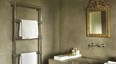 peinture à la colle couleur gris taupe dans dans de bain imperméabilisée avec huile de lin