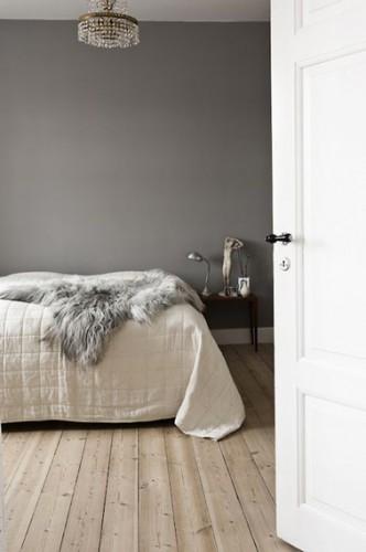 La douceur d'une peinture grise et d'un parquet clair, les deux éléments déco essentiels pour dégager une ambiance zen dans cette chambre d'adulte