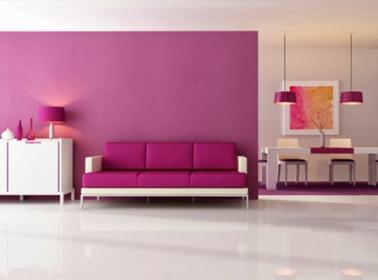 peinture salon couleur Radian Orchid sur le mur du canapé de la meme couleur. Une peinture qui illumine le salon peint en blanc.