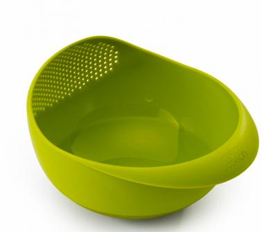 Saladier multifonctions de JosephJoseph permettant de laver et rincer salade, fruits ou riz avec sa partie passoire intégrée et de le présenter à table. 3 fonctions en 1 bien pratique de chez JosephJoseph