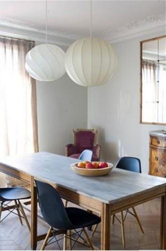 Mélange de style réussi dans cette salle où les touches de couleurs multiples s'harmonisent autour des deux nuances de gris clair de la peinture murale. Fauteuils ancien tapissé d'un velours lie de vin, plateau de la table en bleu clair, chaise bleu/noir