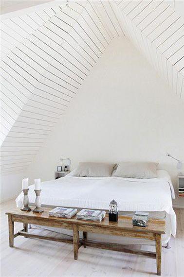 Sous les toits la chambre se fait zen avec du blanc - Chambre avec lambris blanc ...