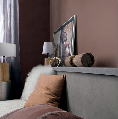 Pour créer une ambiance cosy dans la chambre, une harmonie de couleurs sombres : taupe, chocolat sur les murs que complète le gris sourd de la peinture de la tete de lit en bois