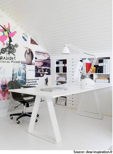 Aménagement d'un bureau dans les combles avec une déco sympa tout en blanc. Les dossiers et classeurs sont rangés et dissimulés dans des casiers et tiroirs aménagés dans le murs. Pour le bureau, un plateau stratifié blanc et tréteaux métalliques blancs