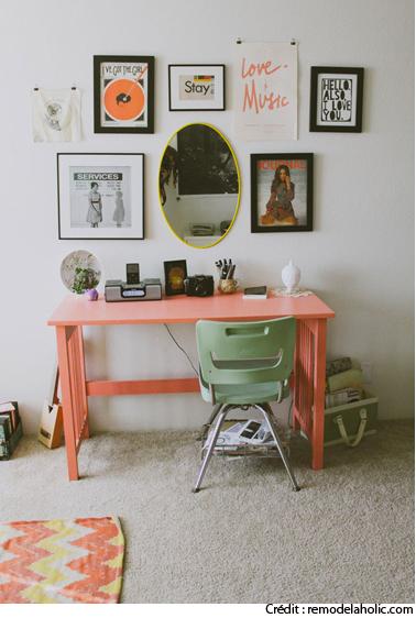 Aménagement bureau dans une chambre réalisé avec bureau et chaise de bureau vintage repeints dans une jolie harmonie de corail et vert tendre