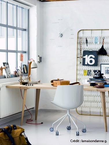 Un aménagement de bureau original dans le style déco récup avec un sommier métallique détourné en étagère de rangement pour les accessoires de bureau