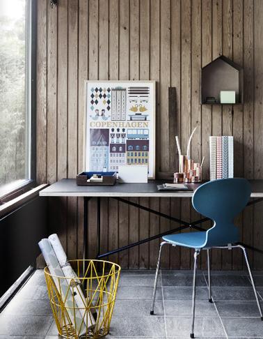 Ambiance chaleureuse pour l'aménagement déco de ce bureau avec un mur de lambris lasuré marron et une chaise de bureau bleue lumière en contraste