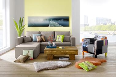 Fauteuil Helline déco tissu noir et couleurs vives à associer à un canapé taupe pour une déco de salon aux couleurs de l'été 2014
