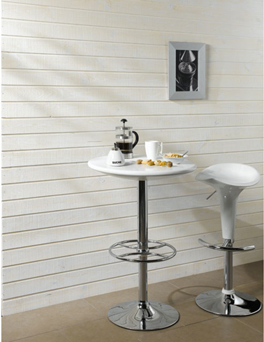 lambris bois blanc, table haute tabouret bar blanc et inox pour déco coin déjeuner dans cuisine. Lames : L 240 cm sur 9,5 cm de large. 10.90 € le M2 chez Castorama.