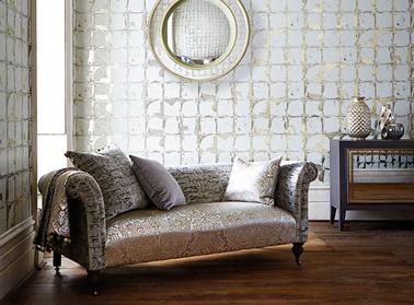 Déco salon : Papier peint motif carré argentés brillants sur fond blanc de chez Harlequin