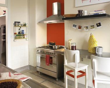 Repeindre la crédence de la cuisine avec une peinture carrelage couleur orange