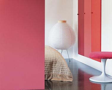 Peinture chambre en dégradé de rouge rosé sur les portes de la penderie sublimé par le blanc pur de la peinture murale pour un look frais et dynamique