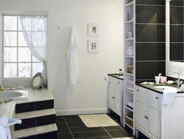 Déco salle de bain noir et blanc pour un style rétro. Meubles sous-vasque et robinetterie  s'associent au carrelage noir ardoise et aux meubles blanc