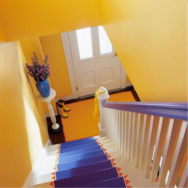 Association couleur jaune et bleu dans escalier peinture for Couleur peinture entree escalier