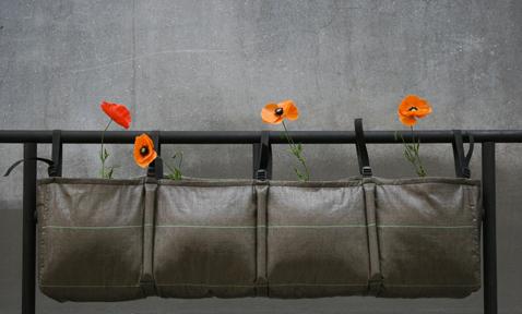 Potager balcon : Bac en toile à suspendre pour plantations sur un balcon, légumes, herbes aromatiques et fleurs. Jardinière pour culture hors-sol des plantes en géotextile à accrocher 25L - 69 € Photo : Bacsac