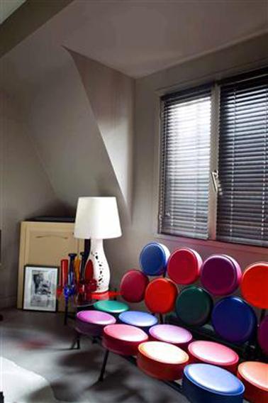 Une couleur taupe pour sublimer les couleurs vives du canapé dans le salon. Peinture collection Etats d'Esprit Tollens