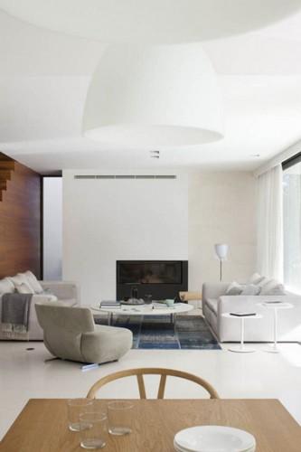 couleur lin et blanc pour la peinture d'un salon zen qui trouve écho avec la couleur des fauteuils et canapé mis en contraste avec la cloison en bois chêne doré