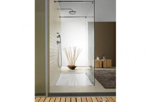 Avec son receveur ultra-plat en Quaryl, un carrelage mur et sol couleur sable qui côtoie unparquet pont de bateau cette douche italienne entourée de ton taupe et lin répond à tous les critères d'une salle de bain zen.