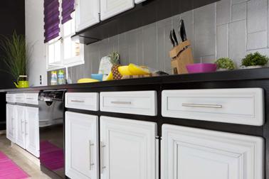 Meubles de cuisine et crédence carrelage repeints avec GripActiv V33 couleur blanc et Noir Hirondelle