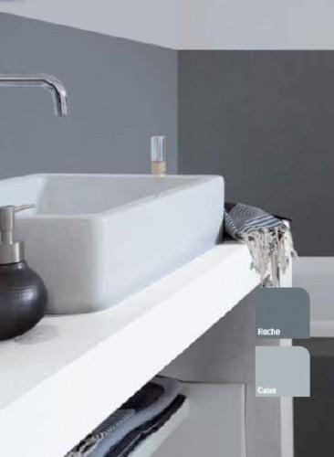 Cette peinture pour salle de bain est aussi étanche que du carrelage près des zones de projections d'eau que sont le lavabo et la baignoire. Hydroactiv' V33 couleur Gris Galet et Gris Roche meuble vasque blanc.
