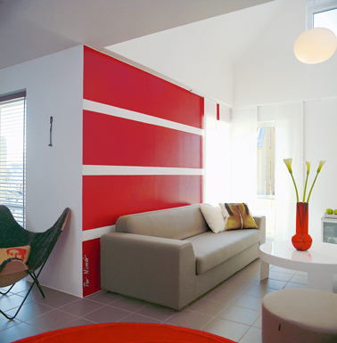 peinture rouge vif et blanc dans salon contemporain. Black Bedroom Furniture Sets. Home Design Ideas