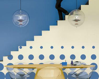 Un mariage des couleurs réussi dans la salle à manger entre bleu et blanc sablé pour mettre en avant les lignes de l'escalier. Couleur peinture : Bleuet, Marée haute, blanc Collection crème de couleur Dulux Valentine
