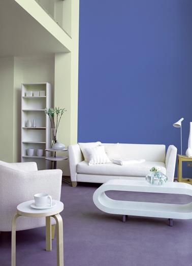 déco salon design : Peinture couleur bleu azur et blanc cassé, canapé cuir blanc et moquette parme
