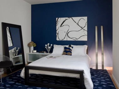 Déco design pour une chambre bleu : Un seul mur peint en bleu Lapis Lazulli, un peu de gris et de blanc et la chambre se fait design.