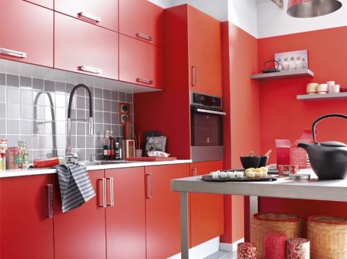Un style contemporain pour ce modèle de cuisine rouge chez Leroy merlin. Façades rouge mat qui fait merveille avec une crédence adhésive gris souris