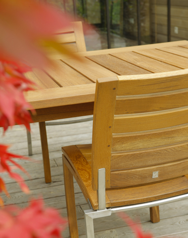 Entretenir le mobilier de jardin avec une huile de teck en spray c'est facile et rapide ! Photo V33