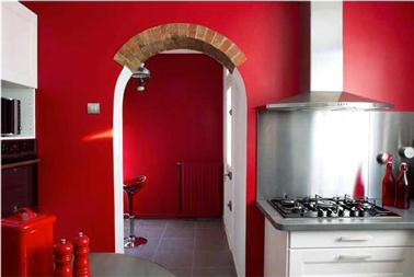 Peinture rouge pour relooker une cuisine aux meubles blanc - Peinture pour meuble pas cher ...