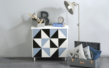 Peindre un meuble de façon originale : Donnez du caractère à un meuble ordinaire en créant des motifs bleu, noir et blanc  lors de la 2ème couche de peinture. Peinture Vernis Relooking V33