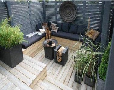 Terrasse zen en bois et noir pour le coin salon de jardin for Banquette en bois pour salon