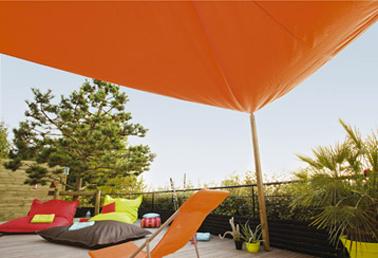 Voile d 39 ombrage pour proteger grande terrasse couleur orange - Faire de l ombre sur une terrasse ...