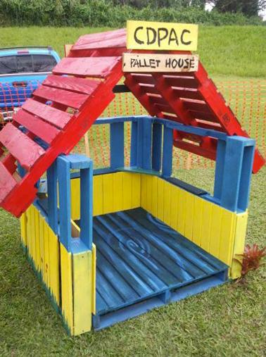 Cabane de jardin fabriquée avec des palettes bois. Pour faire les fenêtres retirer les traverses des palettes. peindre la cabane avec des couleurs vives c'est plus marrant pour les enfants.